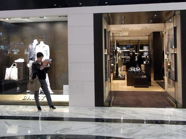 Realizzazione-vetrine-per-negozi-in-ferro-novellara